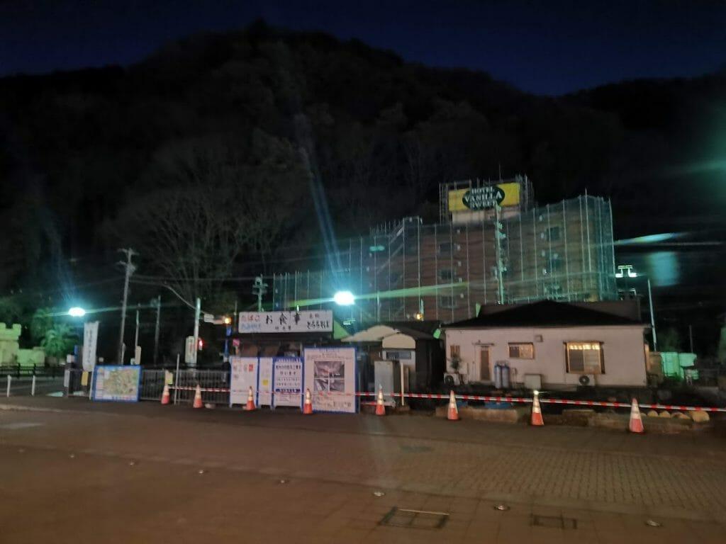 高尾山口駅前工事で看板撤去