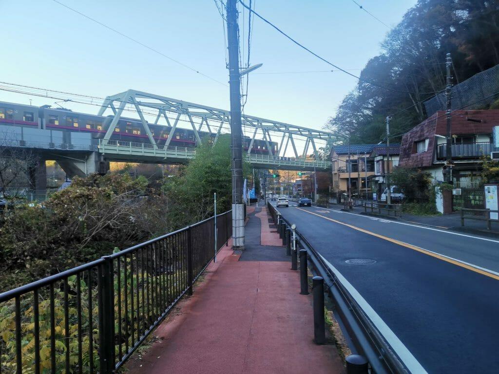 高尾山口駅から徒歩5分でコンビニがある