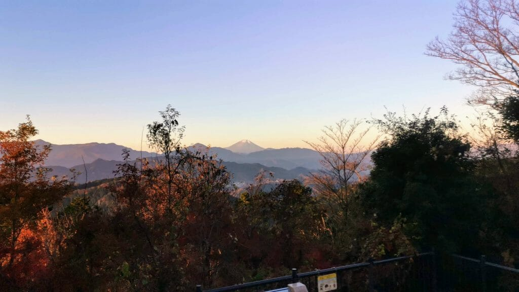 高尾山山頂から富士山を望む12月早朝
