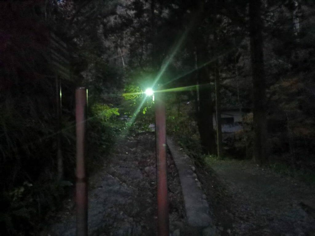 高尾山登山早朝で何も見えない6号路入り口